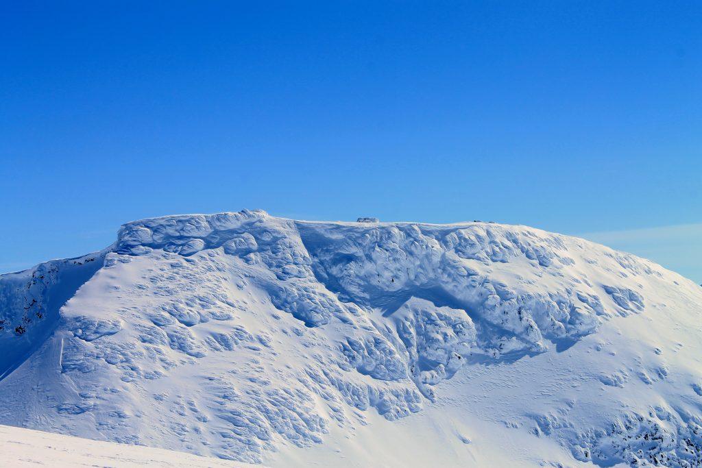 Fannaråkhytta er den høyestliggende turisthytten i Norge like ved toppen (2068 moh). Her er hytten dekket av snø og is.