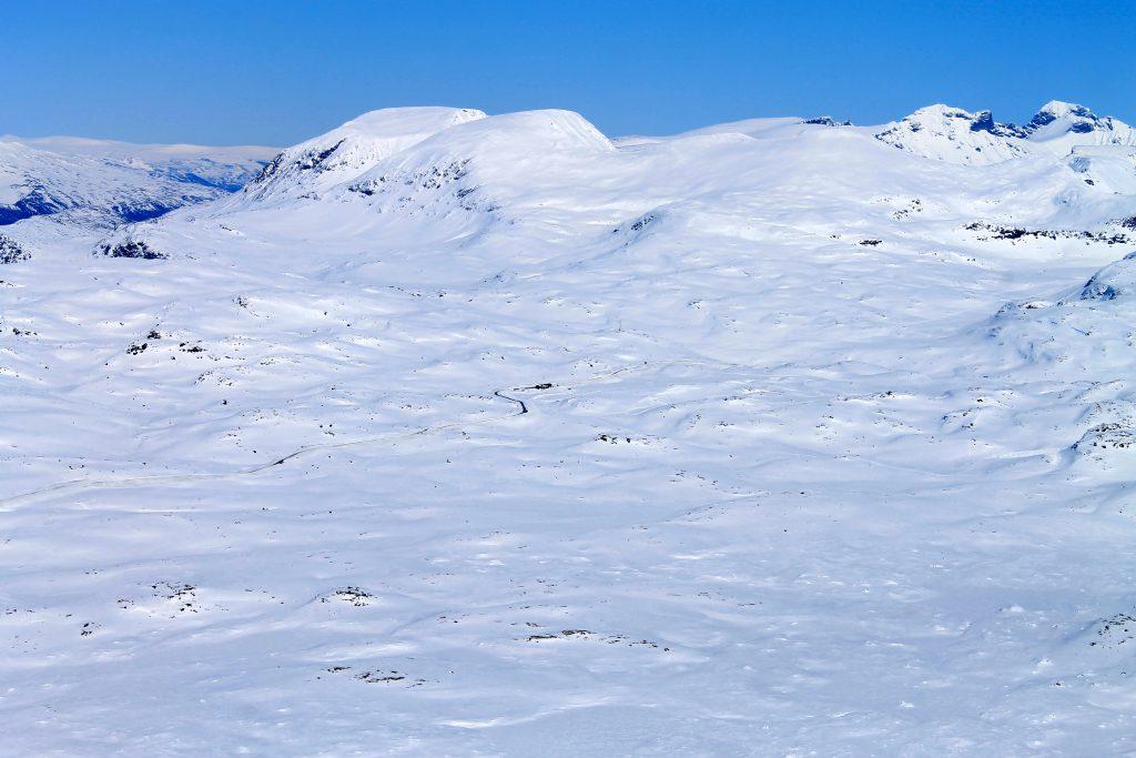Sognefjellet og Sognefjellshytta sett fra toppen av Steindalsnosi. I bakgrunnen ser vi topper som Loftet og Veslfjelltinden.
