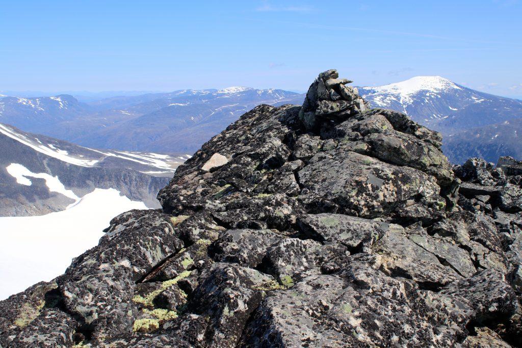 Toppen av  Midtre Tverråtinden (2.302 moh).