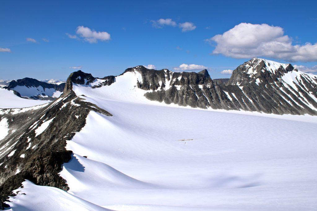 Svellnosbrean med Ymmelstinden (2.304 moh), Storjuvtinden (2.344 moh) og Galdhøpiggen (2.469 moh) sett fra Tverråtindan.