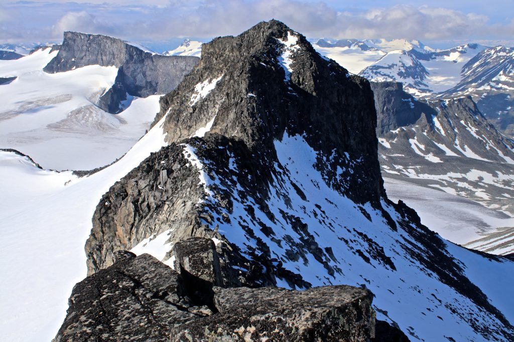 Ymmelstinden (2.304 moh) sett fra Storjuvtinden (2.344 moh).