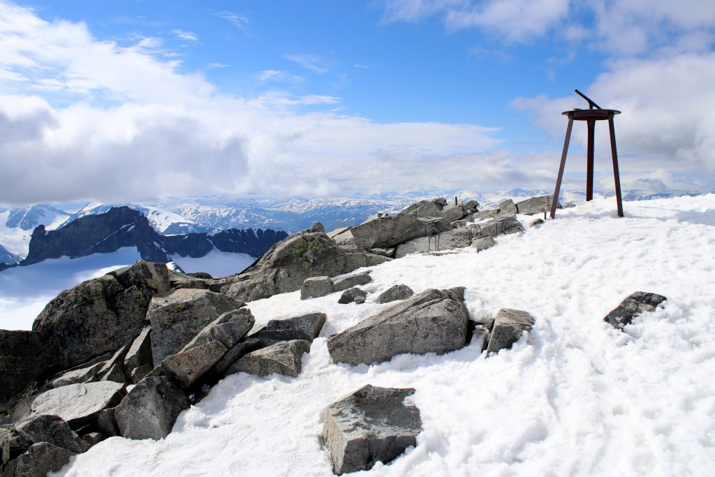 Toppen av Galdhøpiggen har respektabel utsikt på klarværsdager.