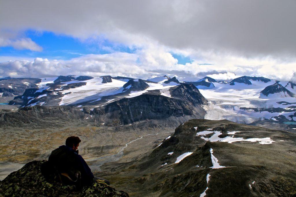 Utsikt fra Ryggjehøe mot Veobrean, Veotinder, Memurutinder og Stygghøbrean.