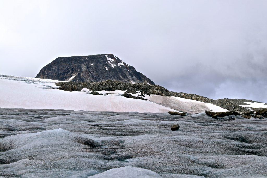 Veobreatinden (2.183 moh) stikker opp midt i isen av Veobrean.