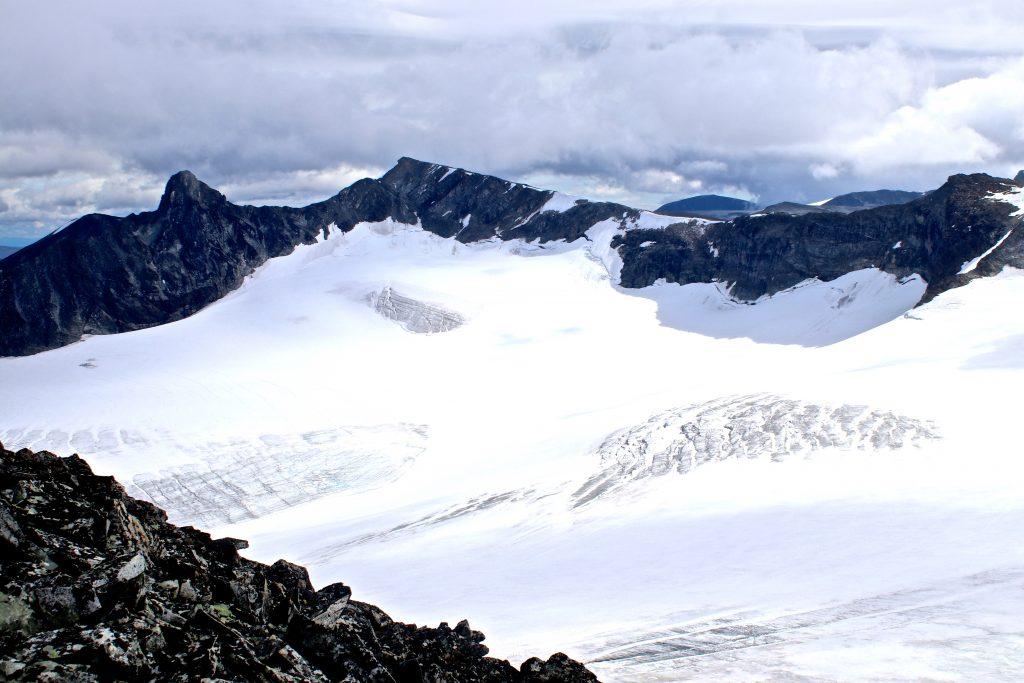 Utsikt fra Veobreatinden over Veobrean og Veotindene.