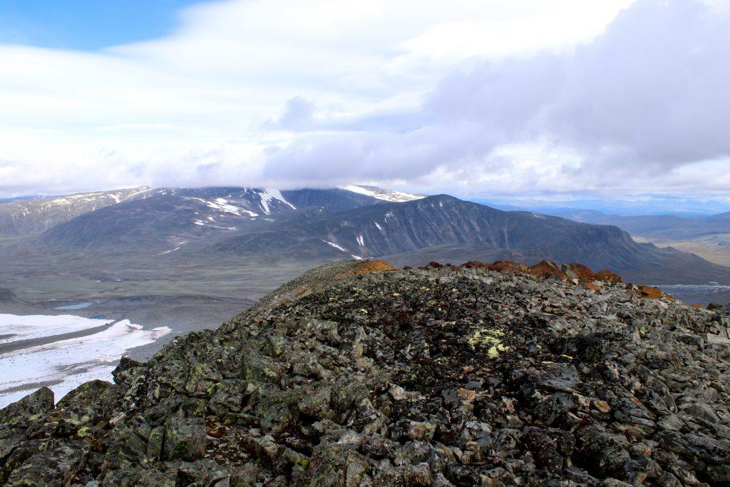 Fra Veobreatinden er det utsikt mot et her skydekt Glittertinden og Ryggjehøe.