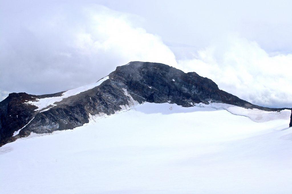 Austre Memurutinden (2.301 moh) sett fra Veobreatinden.