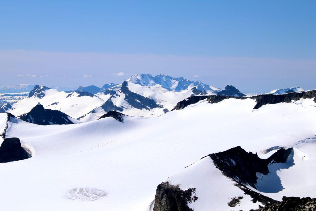 Utsikt vestover mot Hurrungane, Smørstabbtindan og Øvre Tverråbandet. Storebjørn midt i bildet.