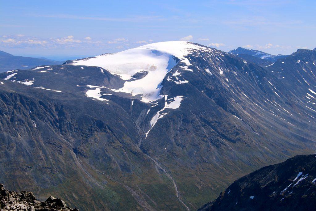 Leirhøe (2.330 moh) er en av stortoppene som er godt synlig fra Tverråtindan.