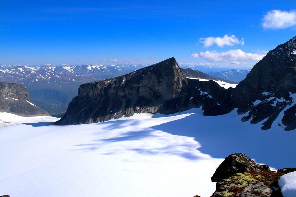Veslepiggen (2.369 moh) med Porten mellom Veslepiggen og Galdhøpiggen, en bratt passasje mellom Styggebreen og Storjuvbrean.