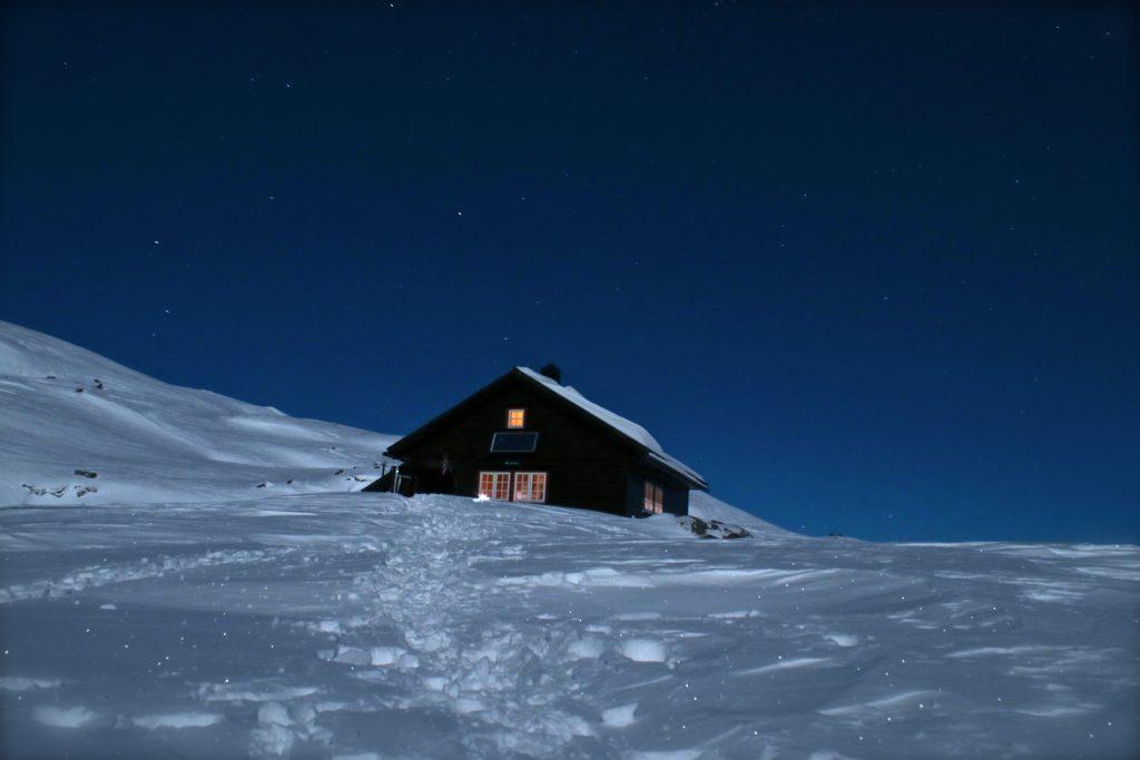 Kaldavasshytta en iskald vinternatt med klar stjernehimmel.