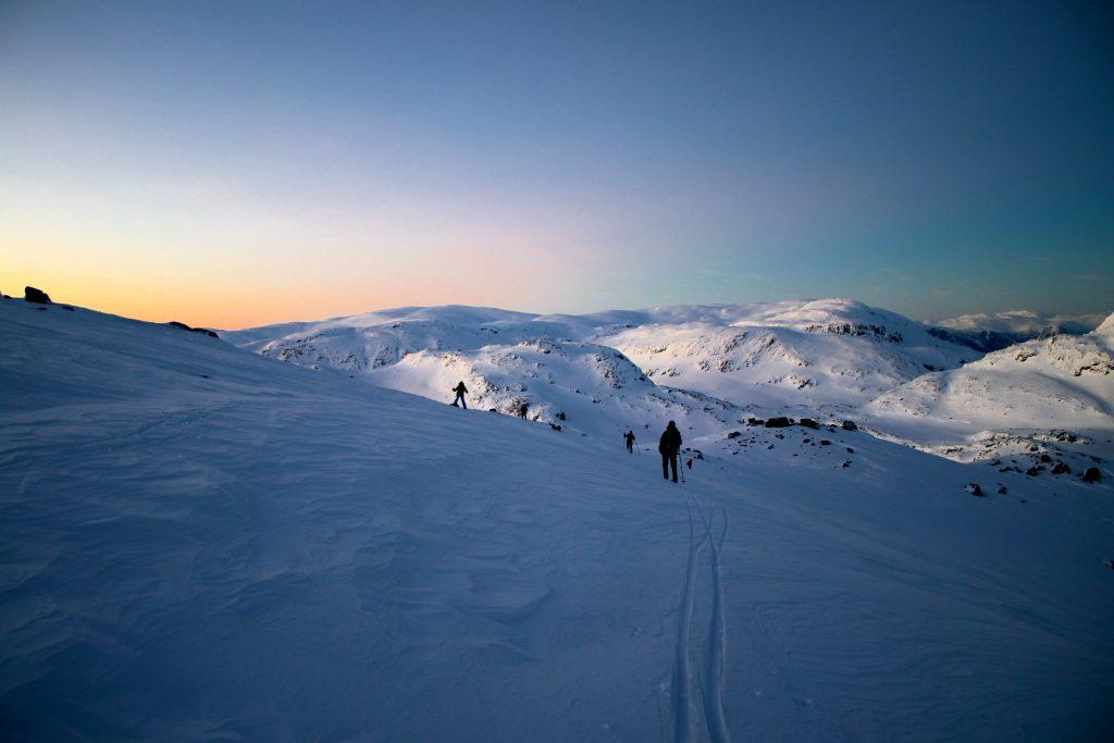 Utsikt mot Bleienuten (1.465 moh) Trollanuten (1.517 moh) og Fossdalsskavlen (1.551 moh) fra nedkjøring av Øykjafonn.