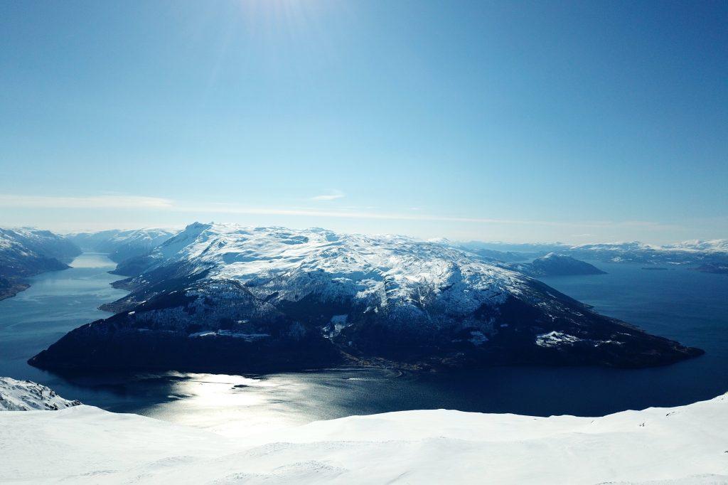 Folgefonnhalvøya med Grimsnuten og Torsnuten sett fra toppen av Oksen.