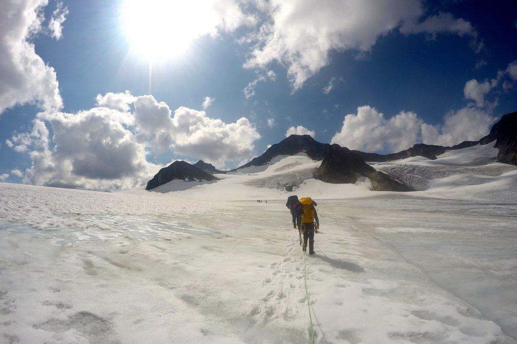 På vei opp en snødekt Hellstugubrean.