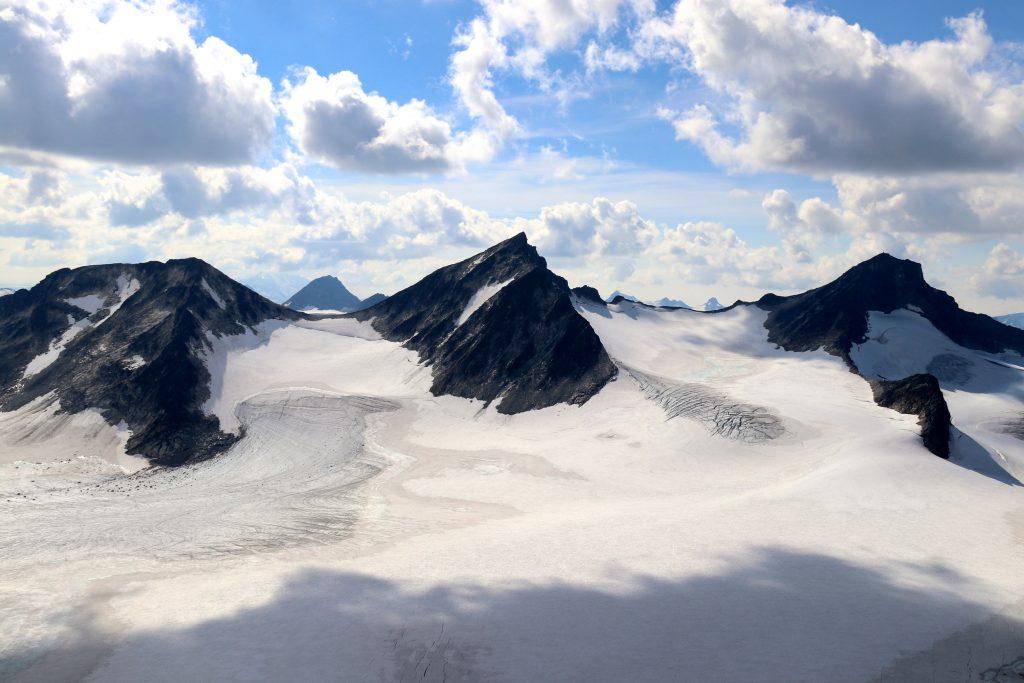 Nestsøre- (2.255 moh), Store- (2.346 moh) og Midtre Hellstugutindan (2.339 moh).
