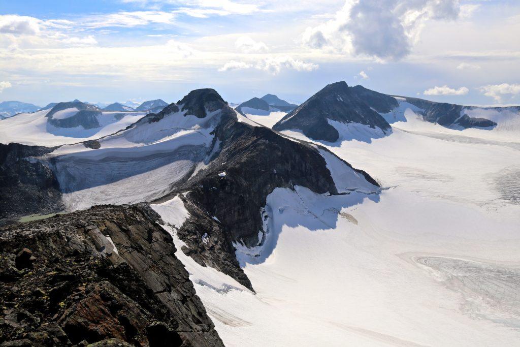 Austre- og Store Memurutindan sett fra Søre Veotinden med Veobrean til høyre.