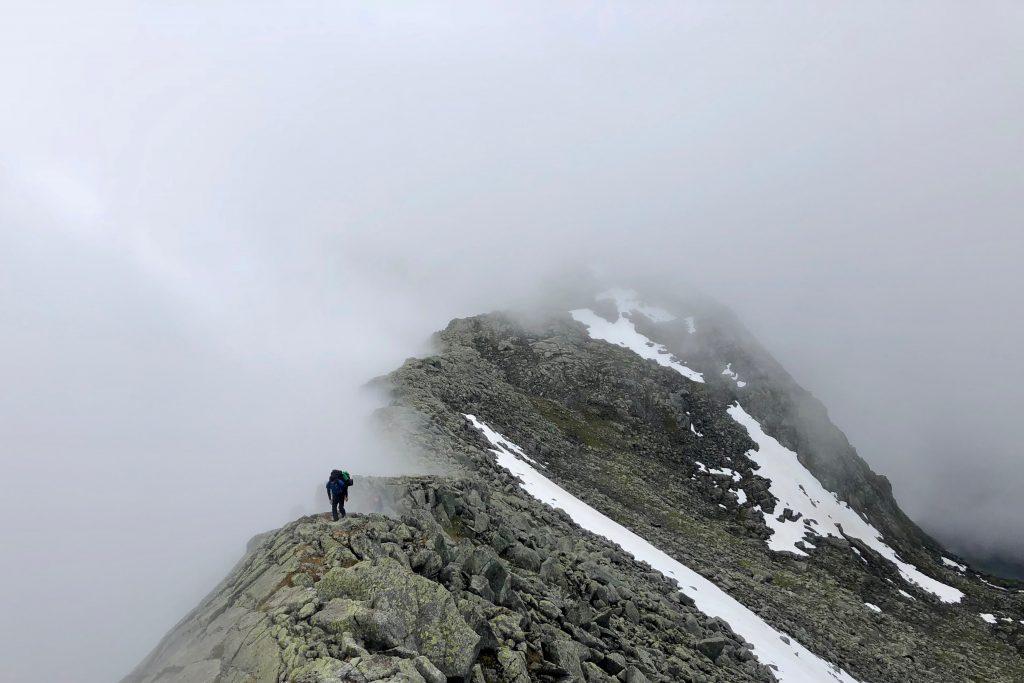 På vei opp ryggen mot Bjørndalstindane fra Andersfjellet.