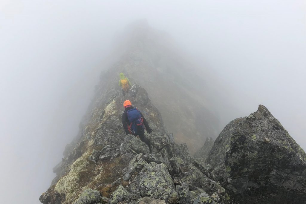 Den lavestliggende delen av ryggen over Bjørndalstindene er smal og kvass.
