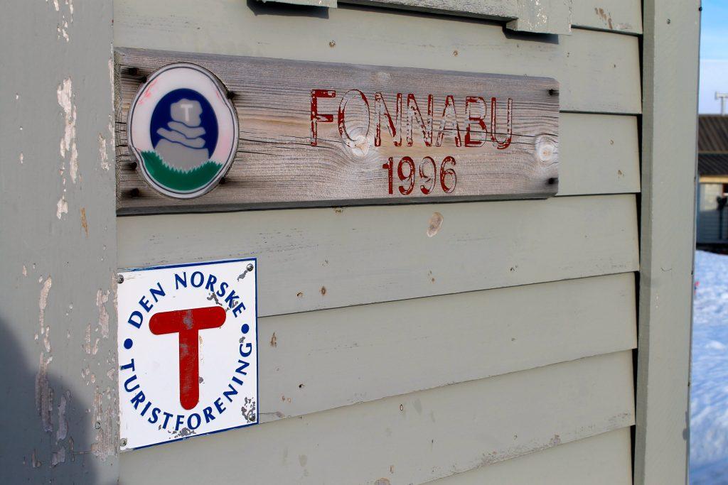 Fonnabu er en selvbetjent hytte som ligger spektakulært til ved brekanten til Folgefonna.