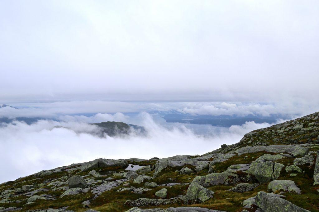 Skodden ligger tett over Rosendal og Hardangerfjorden.