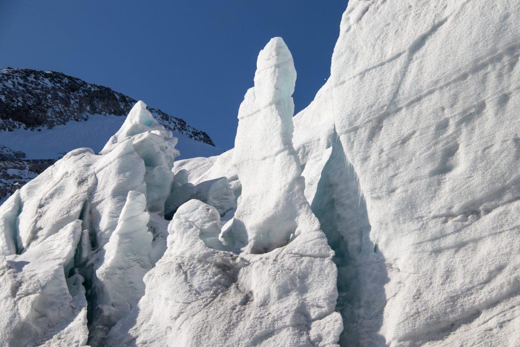 Tuftebreen har mange flotte istårn og ande isformasjoner.