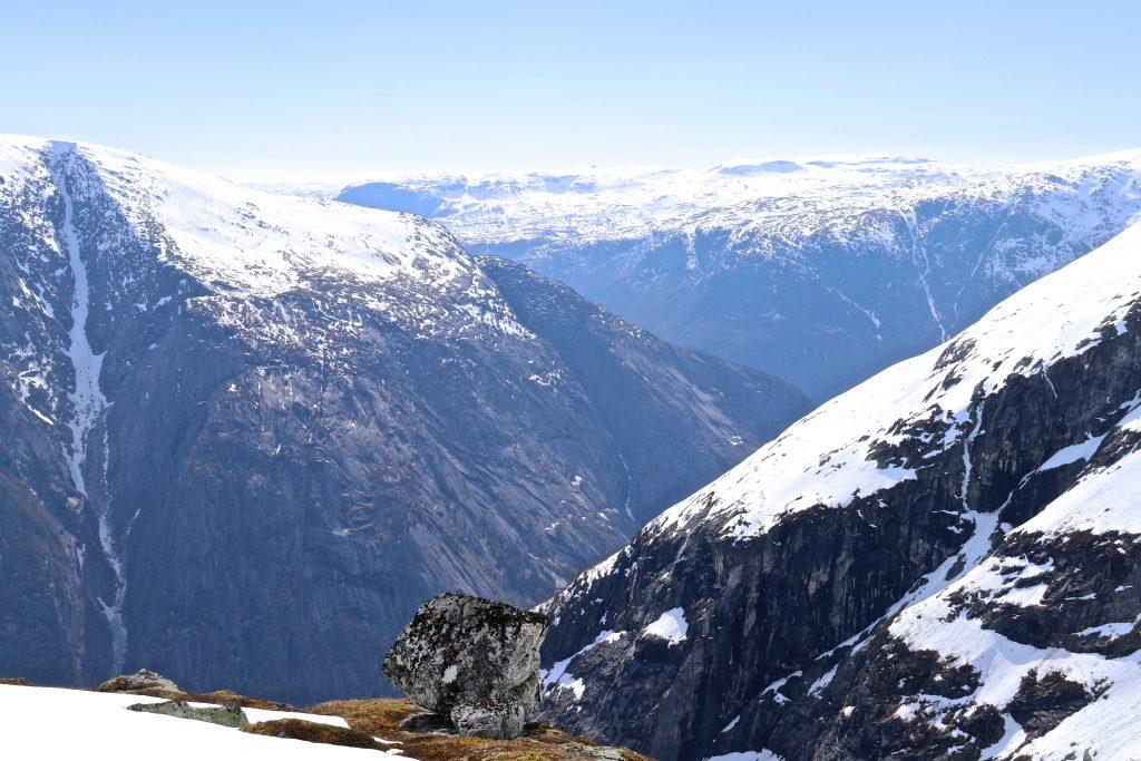 Fjellsidene stuper bratt ned i Simdalasfjorden fra Onen.