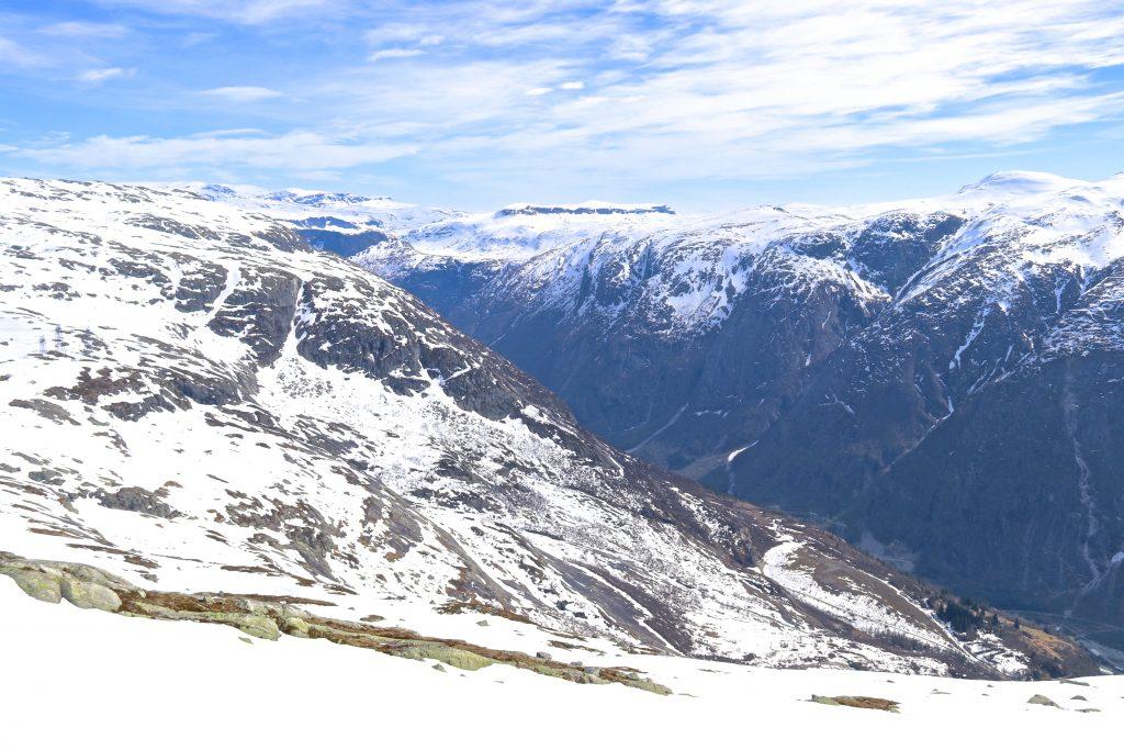 Det starter bratt opp fra Kjeåsen mot Onen. I ryggen har en flott utsikt mot Simadalen.