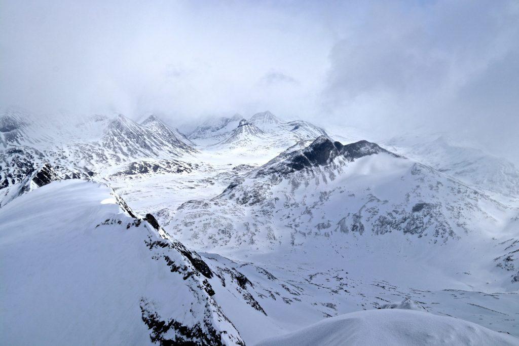Utsikt fra toppen av Sokse (2.189 moh) mot Leirvassbu, Kyrkja og Stetinden.