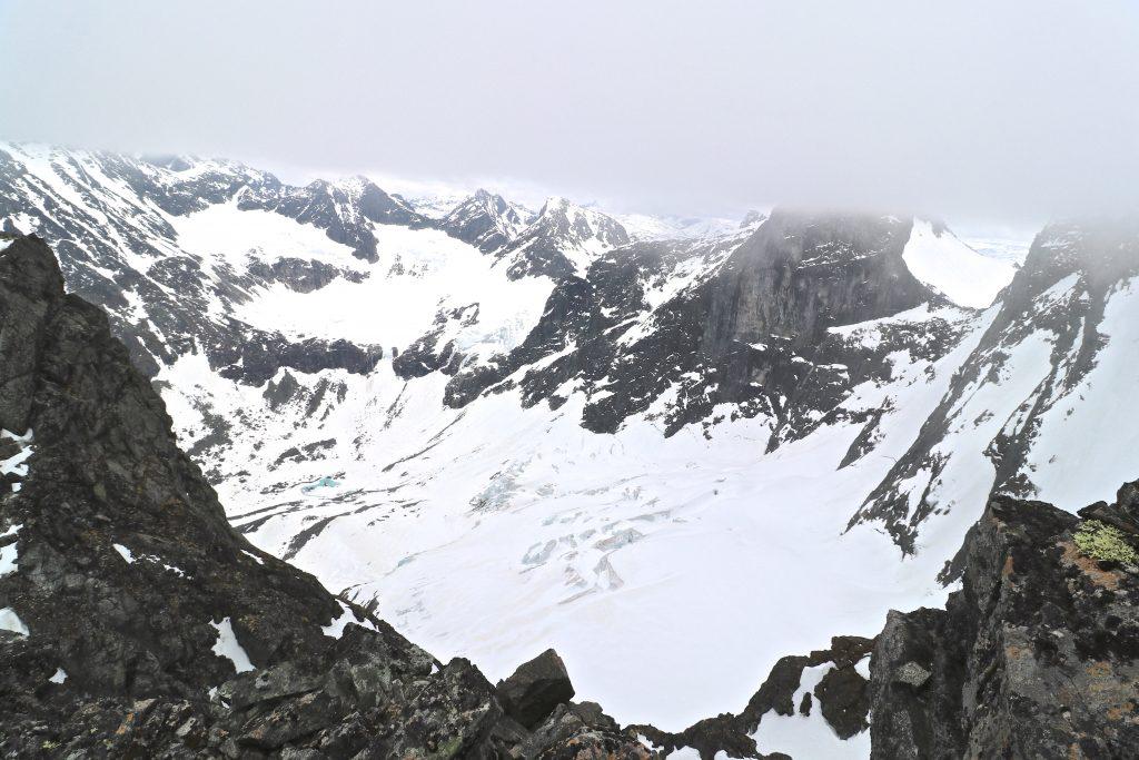 Ringsbotn, Ringsbreen og en skydekt Store Ringstind sett fra Nørdre Soleibotntind.