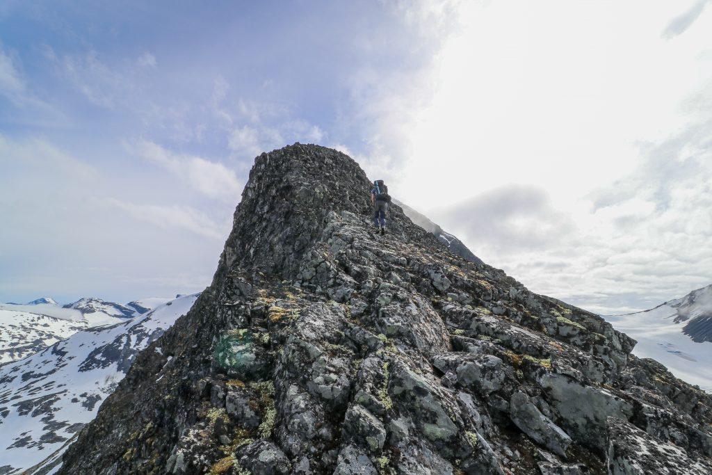 På vei opp mot toppen av Skagsnebb (2.003 moh) fra Leirdalen.