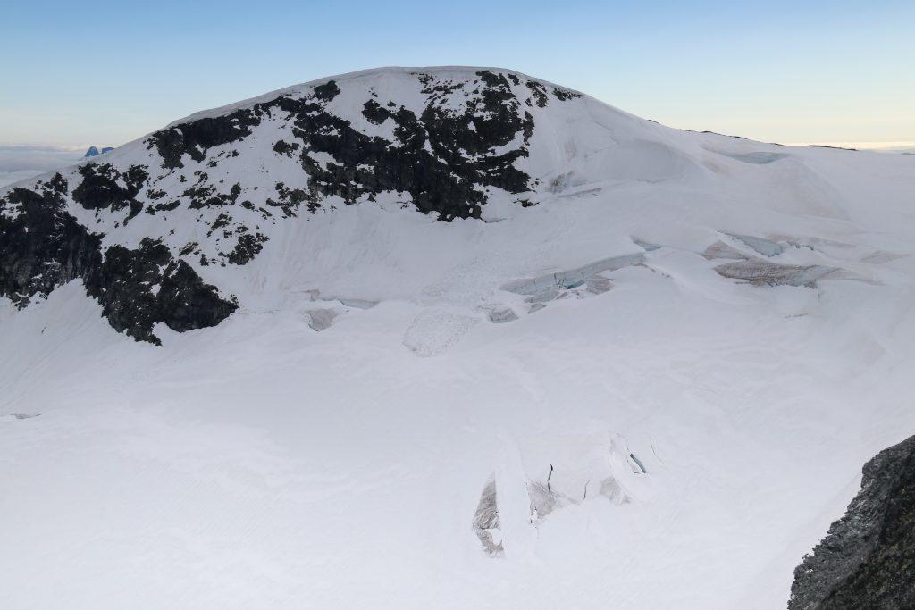 Storbreatinden (2.018 moh) sett fra Bakarste Skagsnebb.