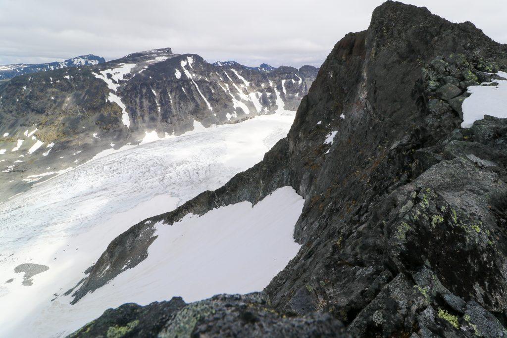 Vestre Tverrbottinden med Søre Illåbrean og Bukkehøe (2.314 moh) bak.