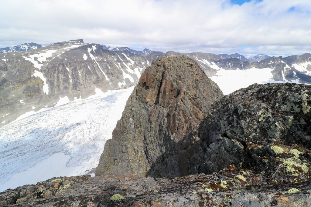 En luftig rygg ut mot øst toppen til Vestre Tverrbottinden (2.113 moh).