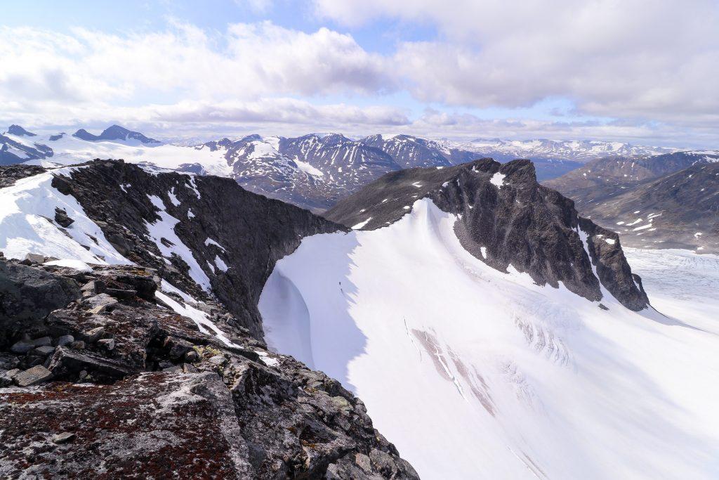 Utsikt fra Store Tverrbottinden (2.161 moh) mot Vestre Tverrbottinden.