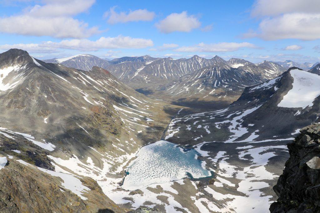Utsikt fra Midtre Tverrbottinden ned mot Tverrbynede, Urdadalstindene og Hellstugutindene.