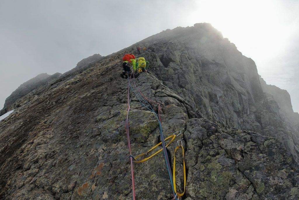Store Austanbottstind har eksponerte partier, som mange ønsker å sikre - særlig om det er vått og glatt i fjellet.