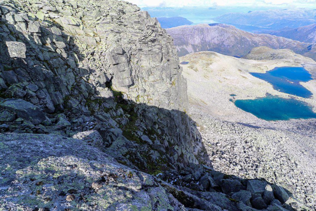 Høyrerenna ned til ryggen mellom Melderskin og Omnatind (1.360 moh) er bratt men mulig å klyve ned.