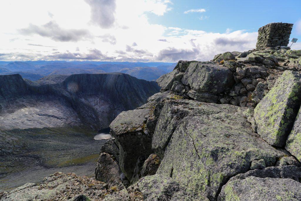 Toppvarden på Melderskin (1.426 moh) med Laurdalstind i bakgrunnen.