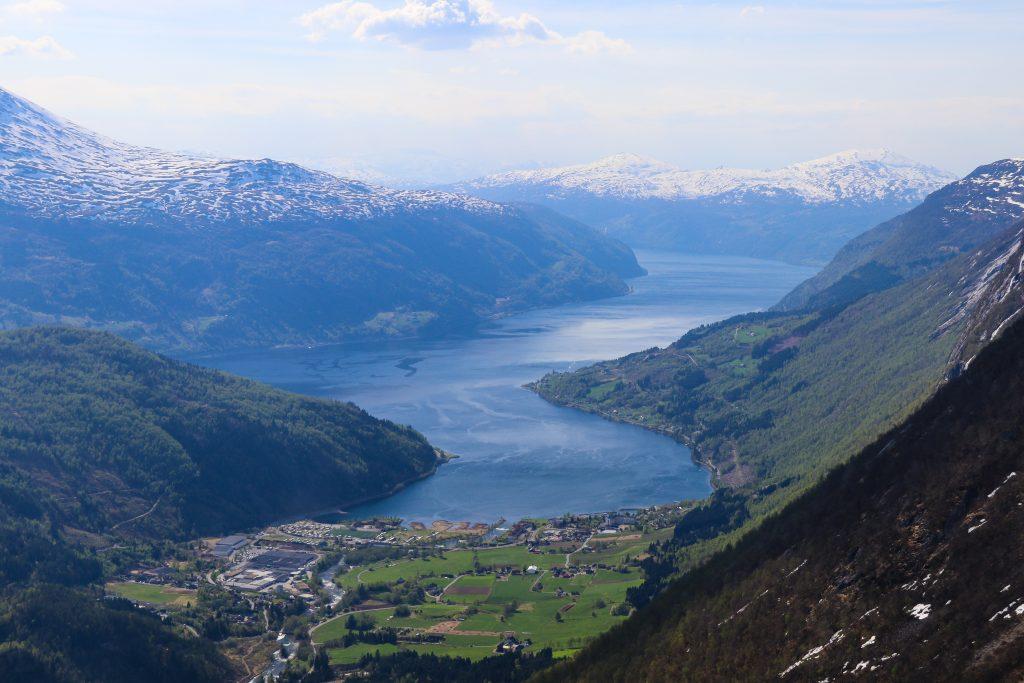 Flott utsikt ned mot Loen og Norfjord under oppstingningen til Skåla.