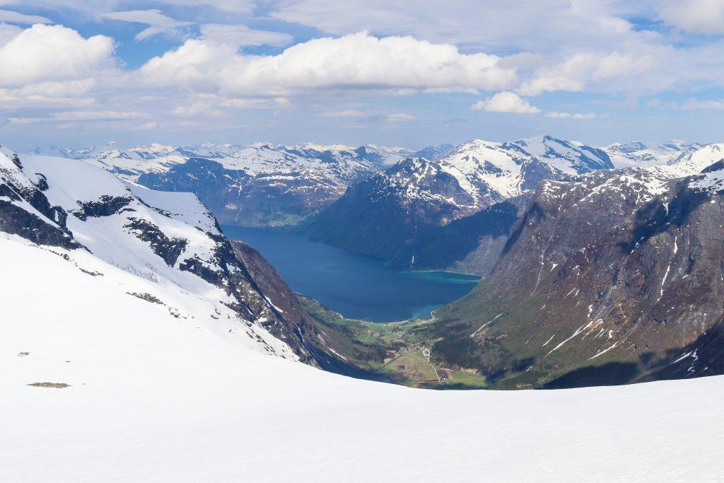 Utsikt fra Tindefjellbreen ned mot Erdalen og Oppstrynsvatnet.