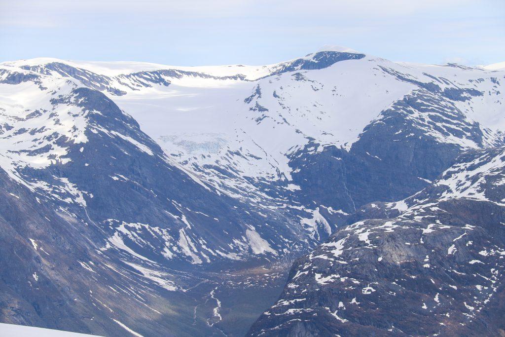 Bødalssætra med Skålebreen og Skålefjellet sett fra Ramnefjellet.