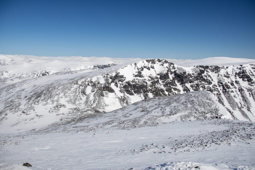 Fra Trollsteinrundhøe kan en gå videre nor mot Svartholshøe, Gråhøe og Trollsteinhøe.