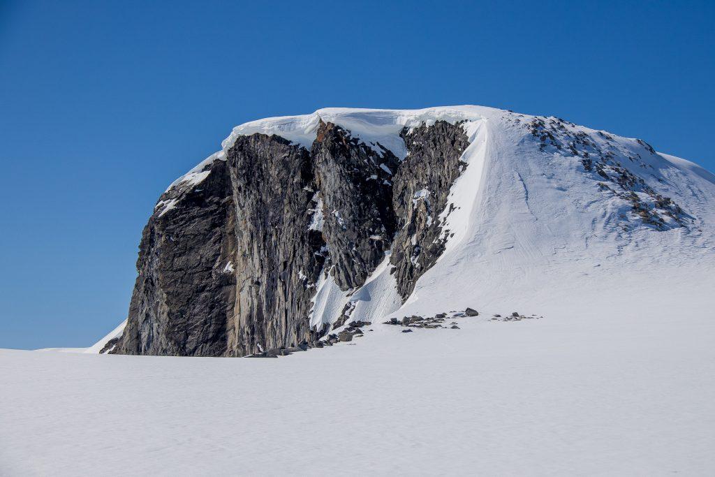 Heksete (2.103 moh) sin dramatiske østvegg med sine store skavler.