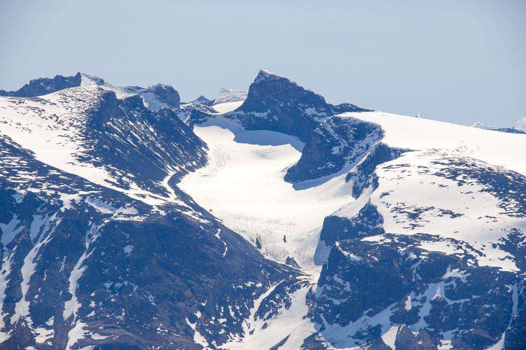 Utsikt mot Heimre Illåbrean med majestetiske Skardstind.