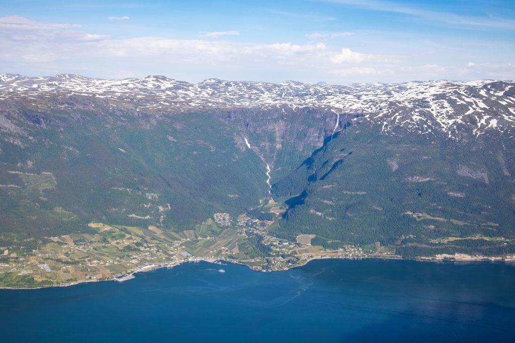 Lofthus i Sørfjorden. Fra Hardangervidda platået renner noen spektakulære fossefall; Bjørnabykset og Skrikjo.