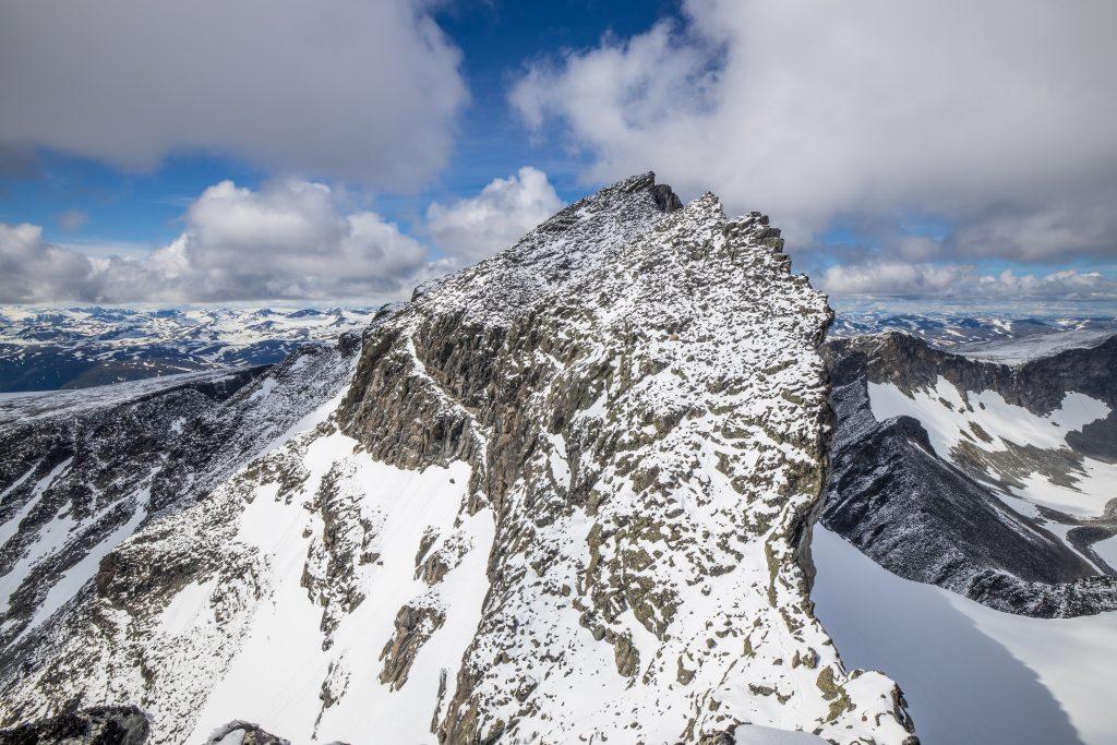 Skardstindens sørrygg sett fra toppen av Nåle.