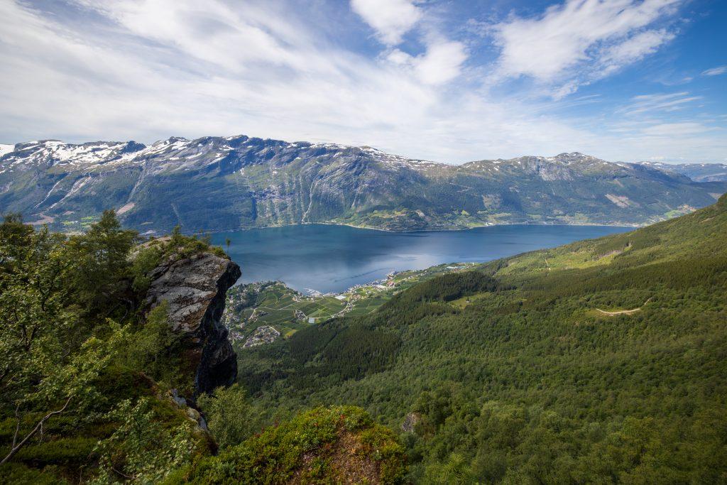 Nosi er et luftig utsiktspunkt med panoramautsikt til Sørfjorden og Lofthus.