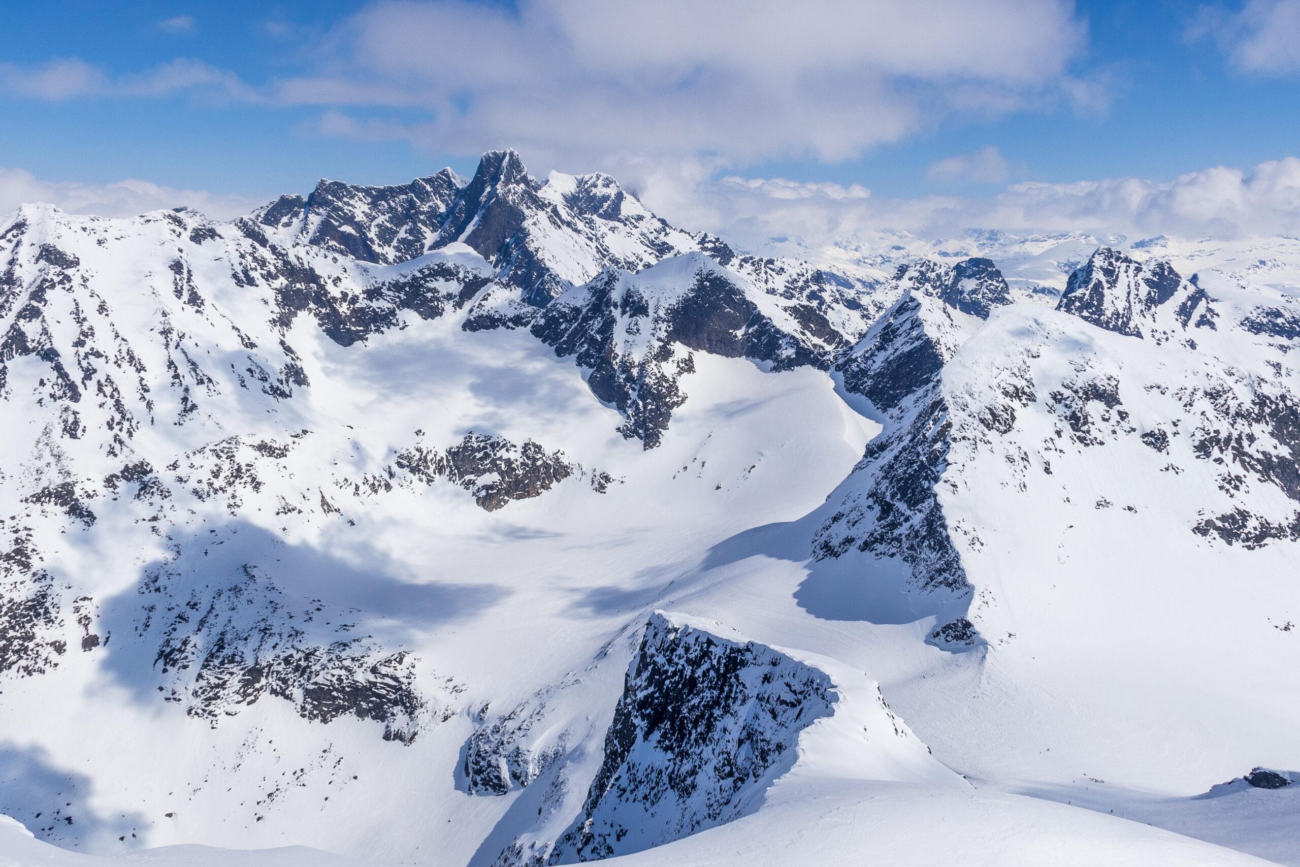 En flott utsikt vestover fra toppen av Store Ringstind.
