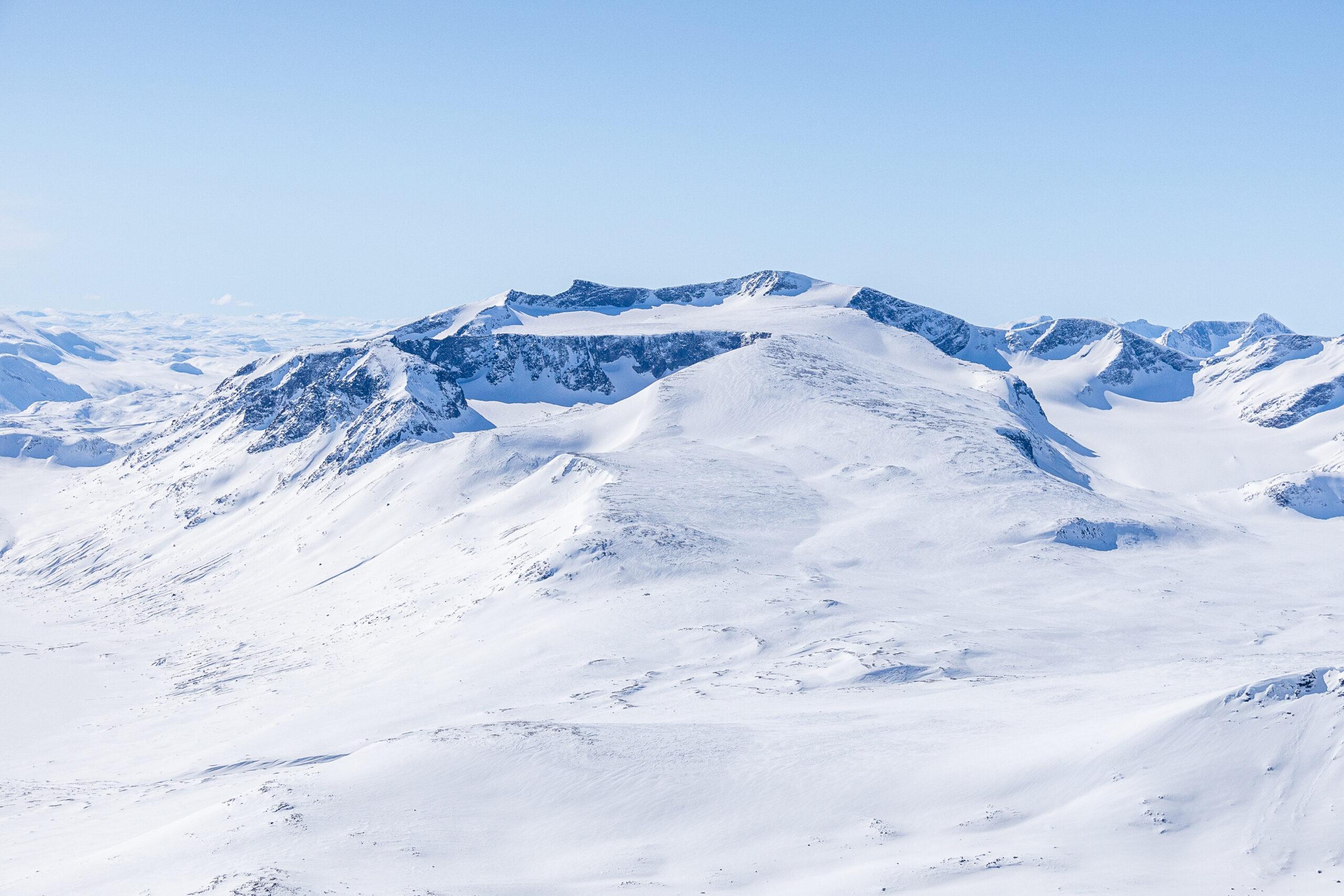 Surtningssue (2.368 moh) og Surtningssubrean sett fra Nautgardstinden.