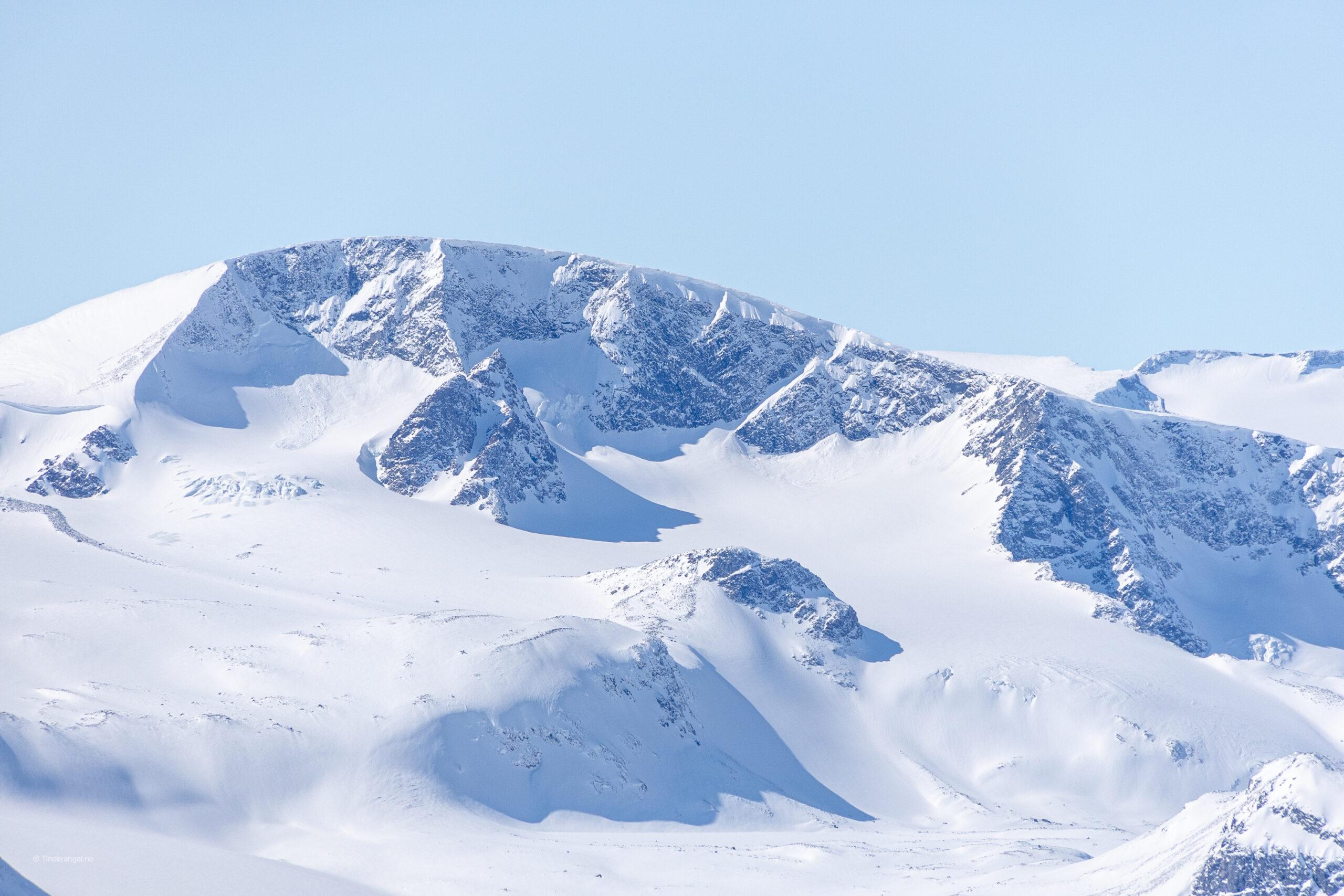 Leirhøe har sin vakreste side sett fra øst, med bratte stup ned mot Veobrean og Veobreahesten.